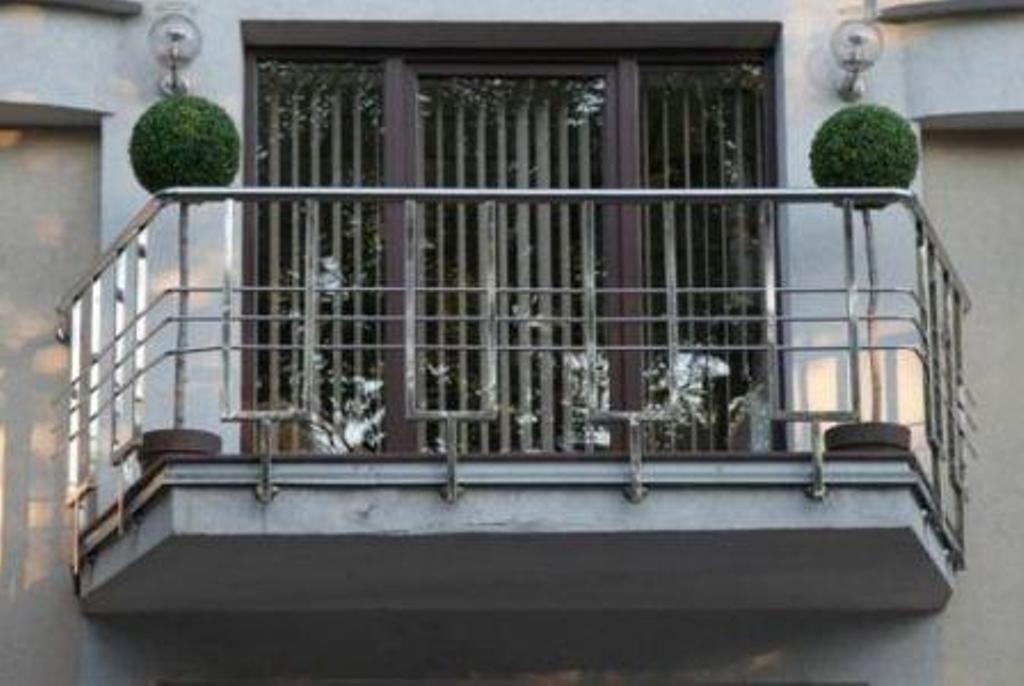 Перила для балкона: виды балконных ограждений, как сделать с.